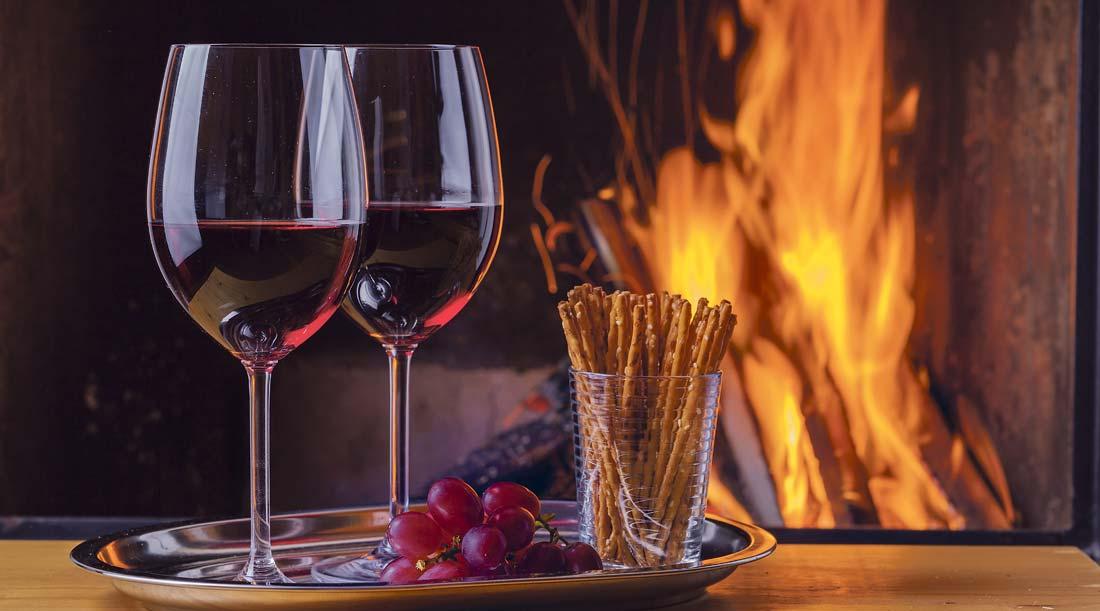 Tomar um Copo de vinho á lareira