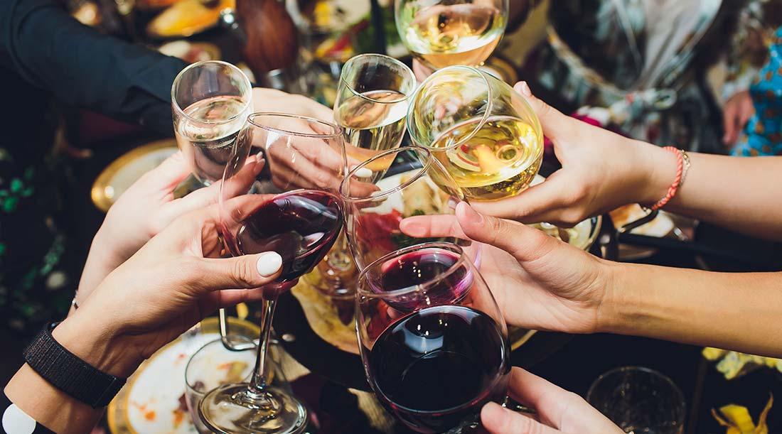 Brindar com vinho tinto e branco