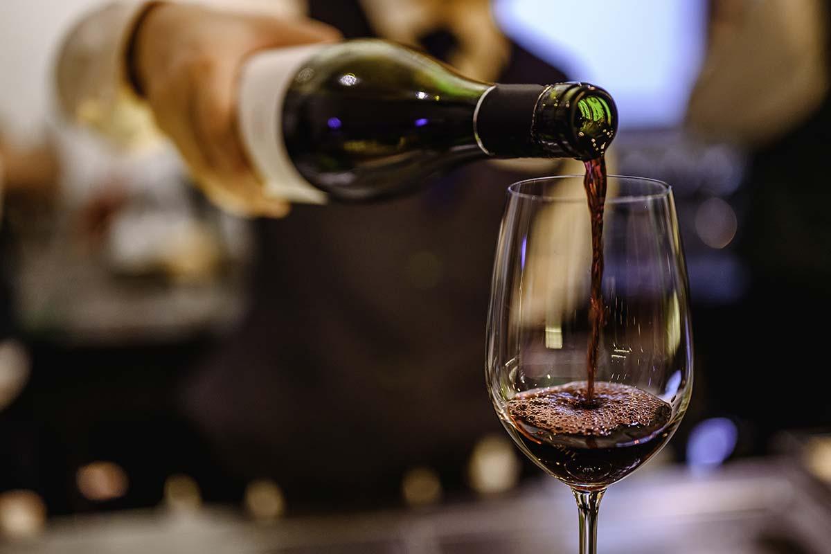 Servir Copo de Vinho Tinto