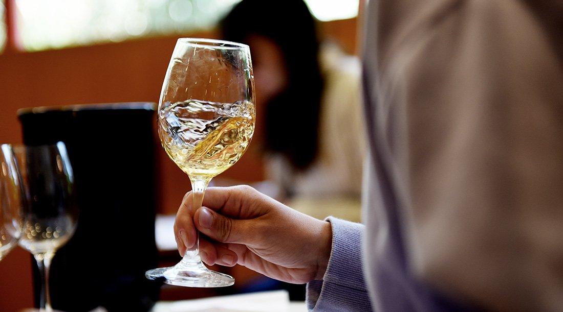 Vinho Branco em copo e ser testado